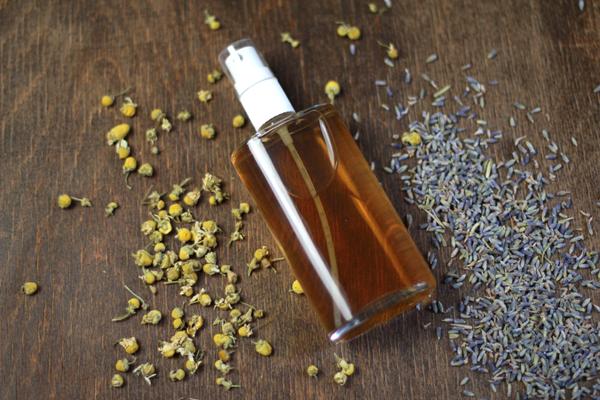 DIY: Beruhigender Gesichtsspray mit Kamille und Lavendel