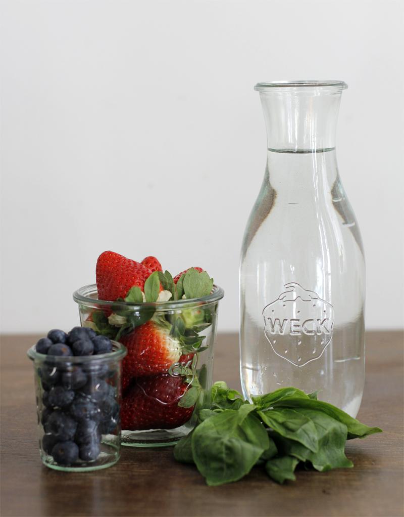 Infused Water Erdbeer Basilikum Blaubeeren