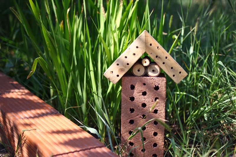 DIY: Insektenhotel aus Ziegel und Holz | we love handmade