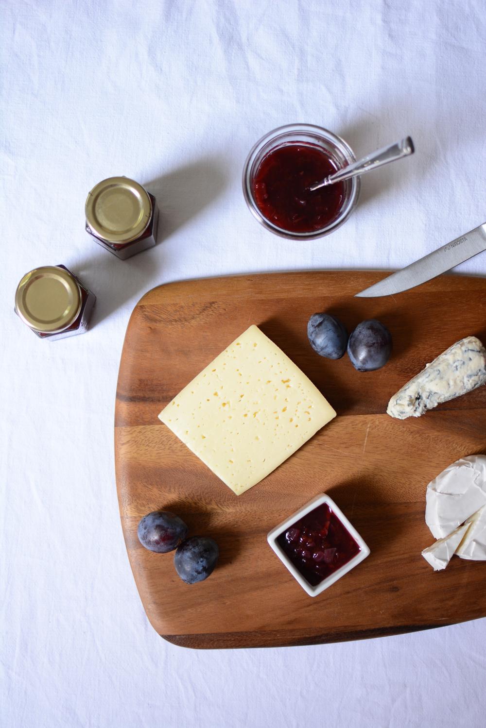Zwetschken-Zwiebel-Chutney mit Käseplatte |we love handmade