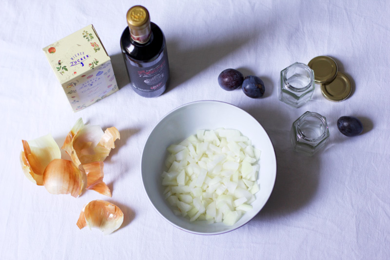Zwiebeln für Zwetschken-Chutney |we love handmade