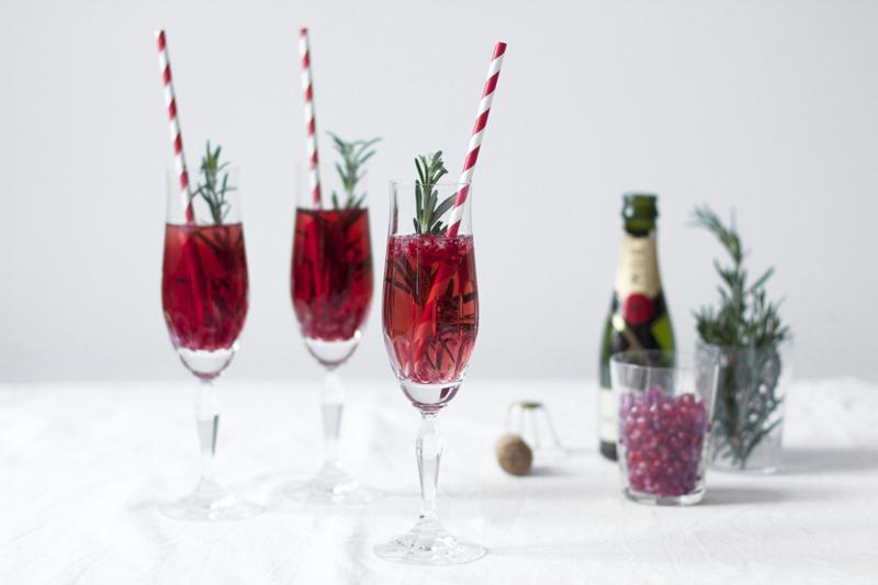 drinks granatapfel rosmarin champagner cocktail we love. Black Bedroom Furniture Sets. Home Design Ideas