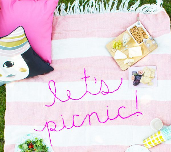 diy-giant-embroidery-picnic-blanket | Foto von lovelyindeed.com