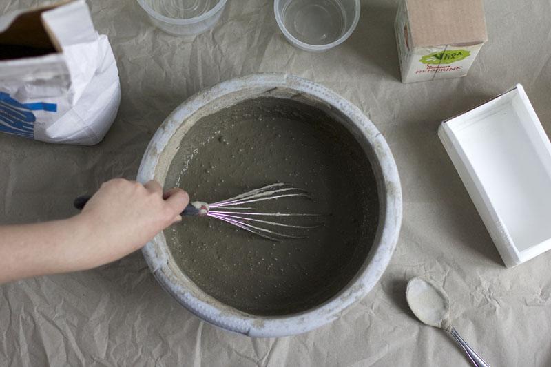 Betonblumentopf mit Zement befüllen |we love handmade