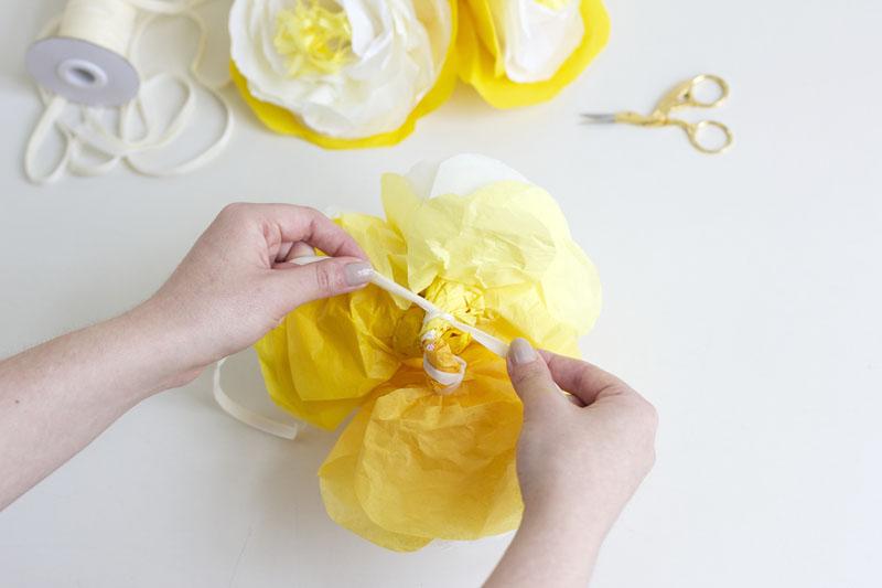 papierblumen mit Samtband |we love handmade