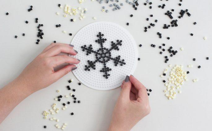 DIY: Bügelperlen in Form von Schneeflocken anordnen | we love handmade