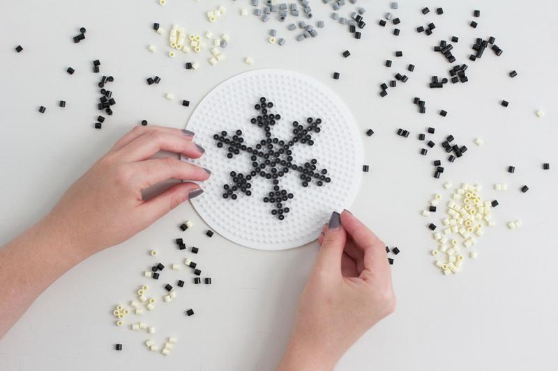 DIY: Bügelperlen in Form von Schneeflocken anordnen   we love handmade