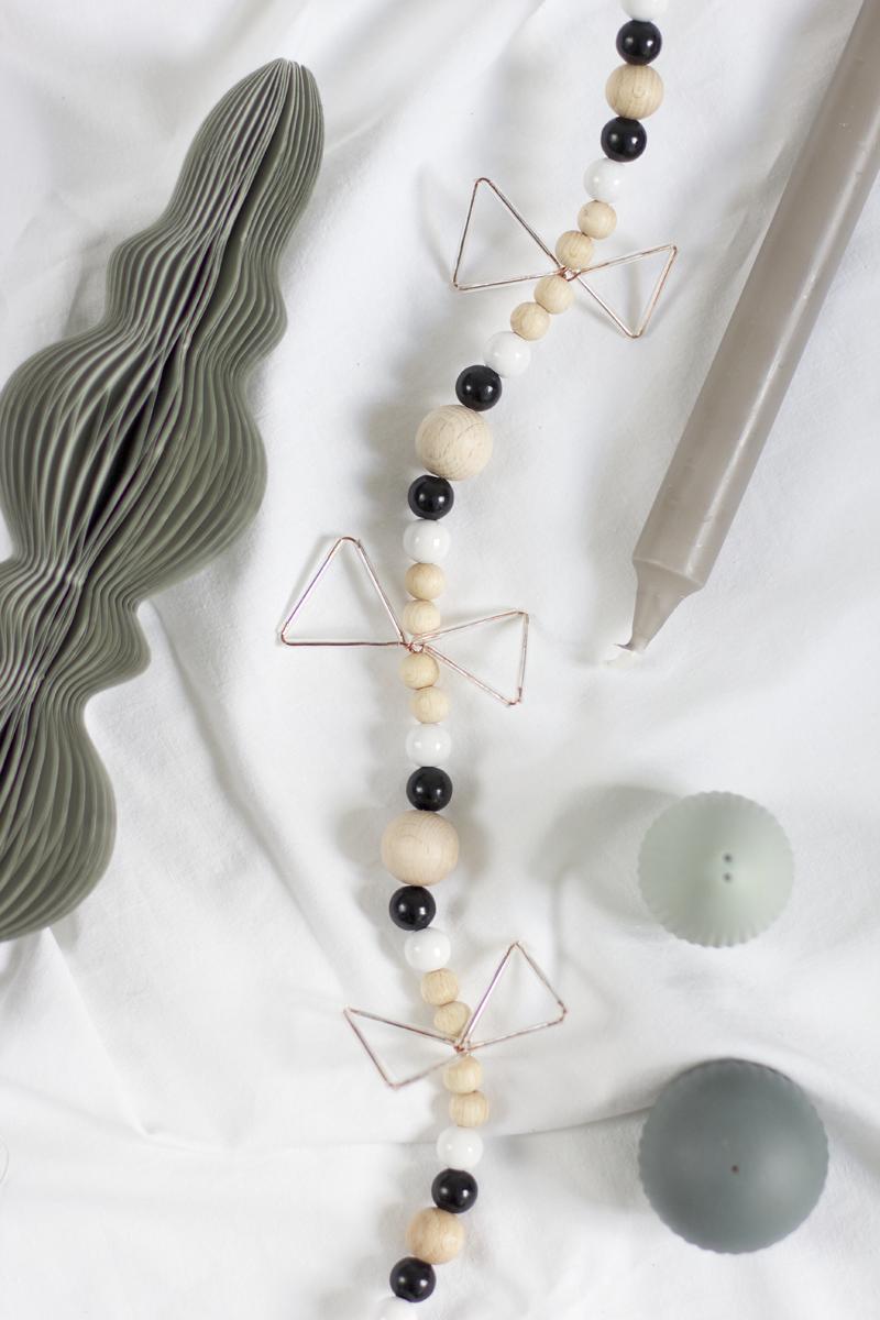 Girlande aus Holzkugeln selbermachen | we love handmade
