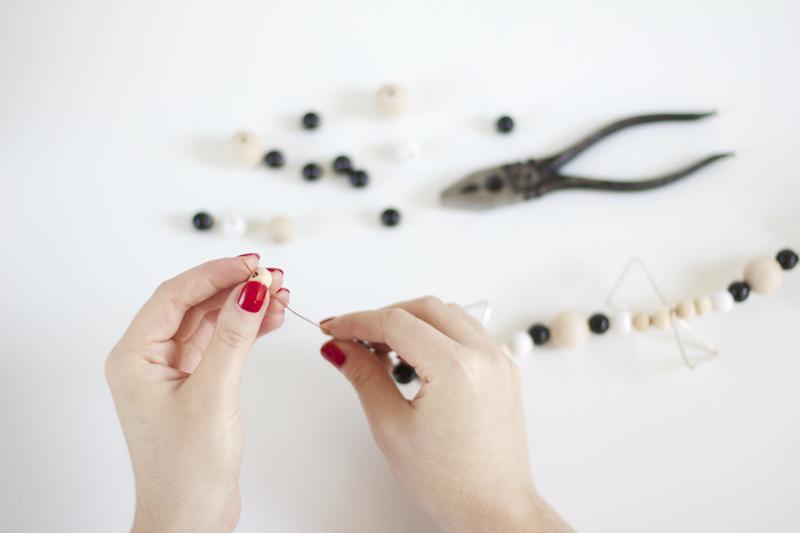 So macht ihr eine Girlande aus Holzperlen selber | we love handmade