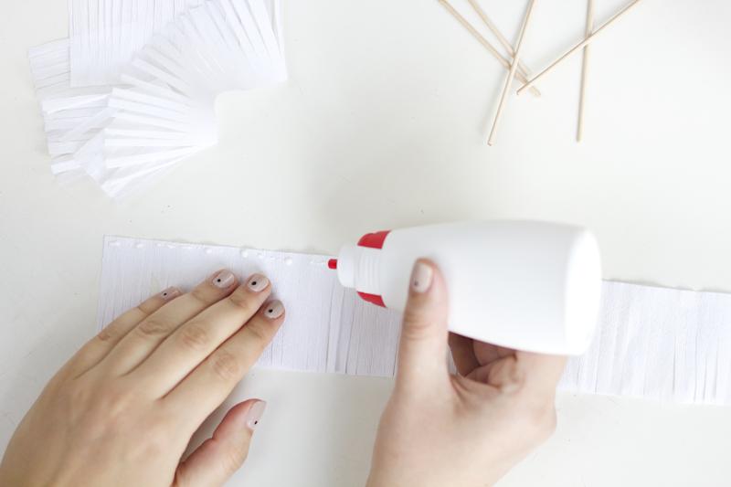 Kreppapier mit Klebstoff benetzen | we love handmade