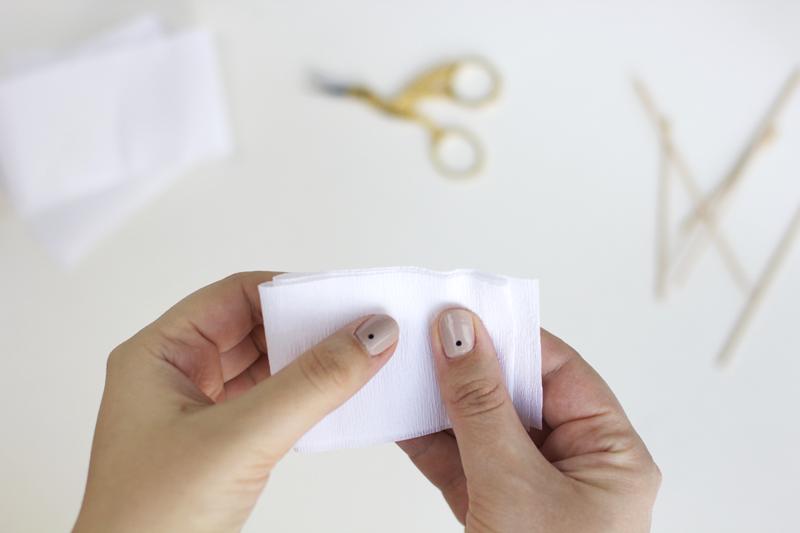 Das Kreppapier zusammenfalten | we love handmade