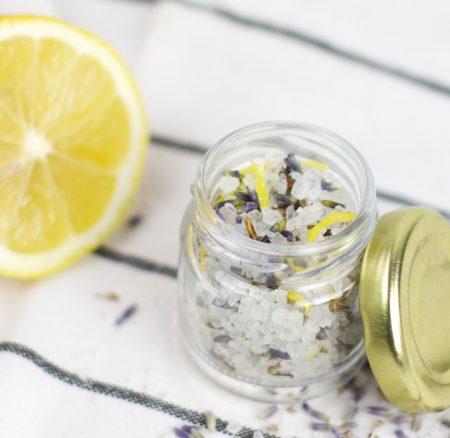 Beauty-DIY: Entspannendes Badesalz mit Zitrone & Lavendel