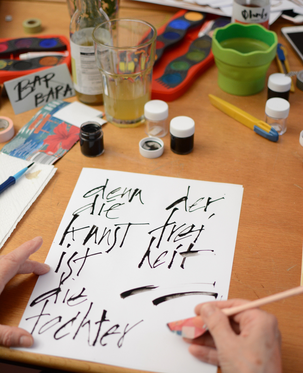 Experimentelle Kalligraphie Workshop: Cola Pen schreiben | we love handmade