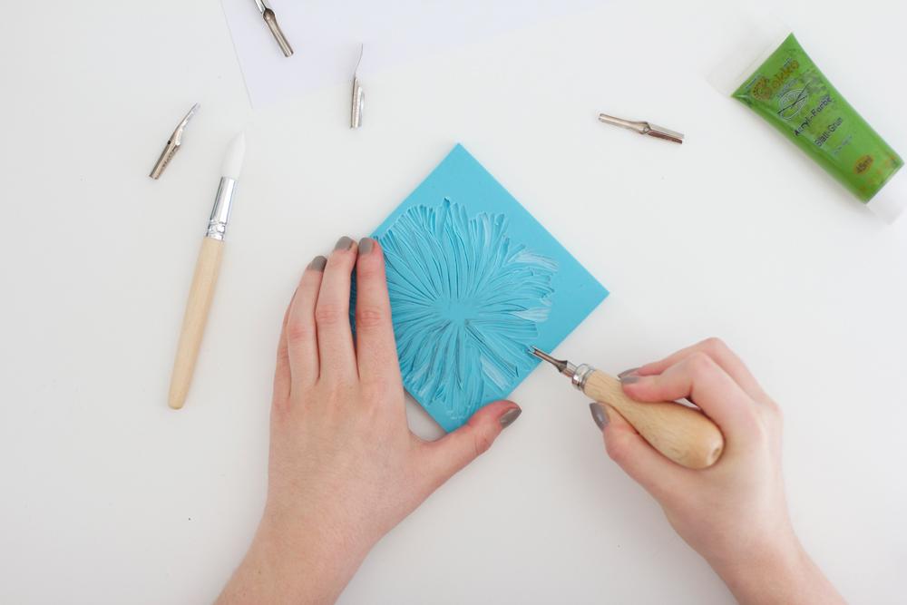 DIY: Mit Schnitzwerkzeug das gewünschte Motiv aus dem Stempelgummi schnitzen | we love handmade