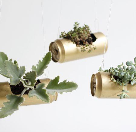 Upcycling-DIY: Blumenampel aus Dosen