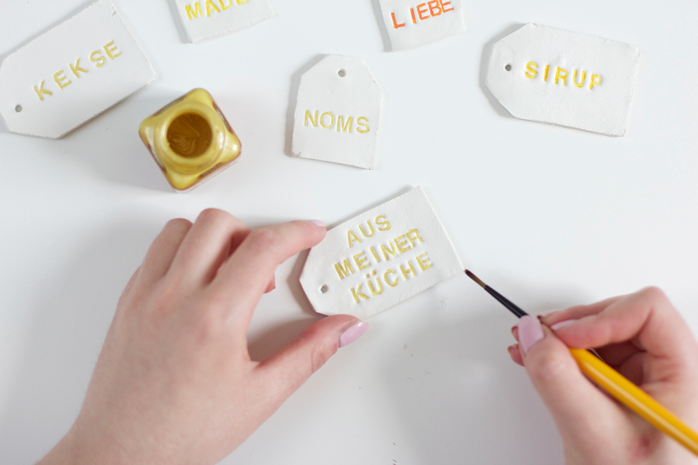 DIY: Clay-Anhänger bemalen | we love handmade