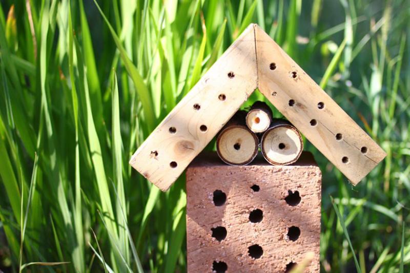 Insektenhotel für Bienen aus Holz und Ziegel | we love handmade