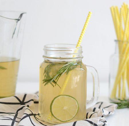 Drinks: Limetten-Rosmarin-Eistee