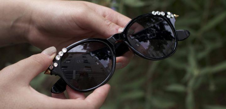 Upcycling-DIY: Sonnenbrille mit Glitzersteinen