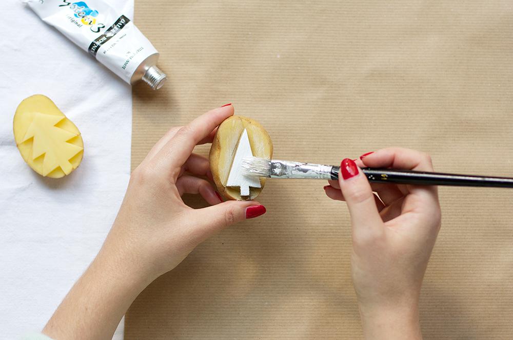 Geschenkpapier mi Kartoffeldruck DIY | we love handmade