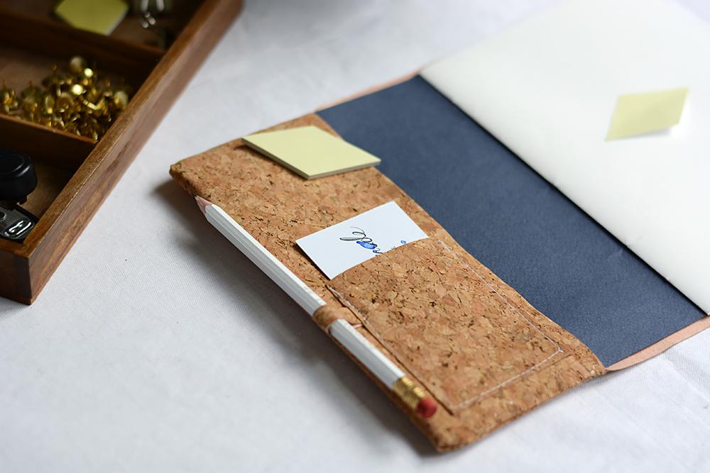 Notizbuchhülle aus Kork selber machen | we love handmade