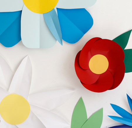DIY: Photo-Booth-Hintergrund aus Papierblumen