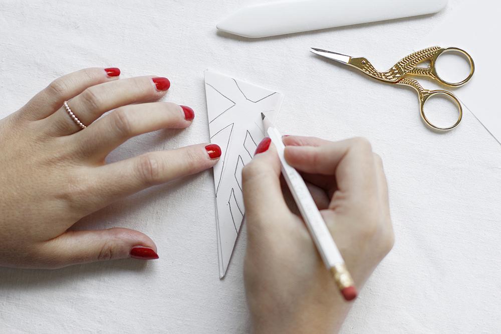 Papierschneeflocken-Girlande selber machen | we love handmade