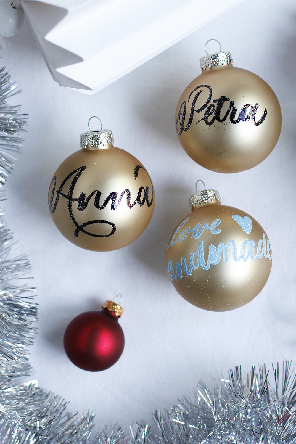 DIY: Christbaumkugeln mit Embossing | we love handmade