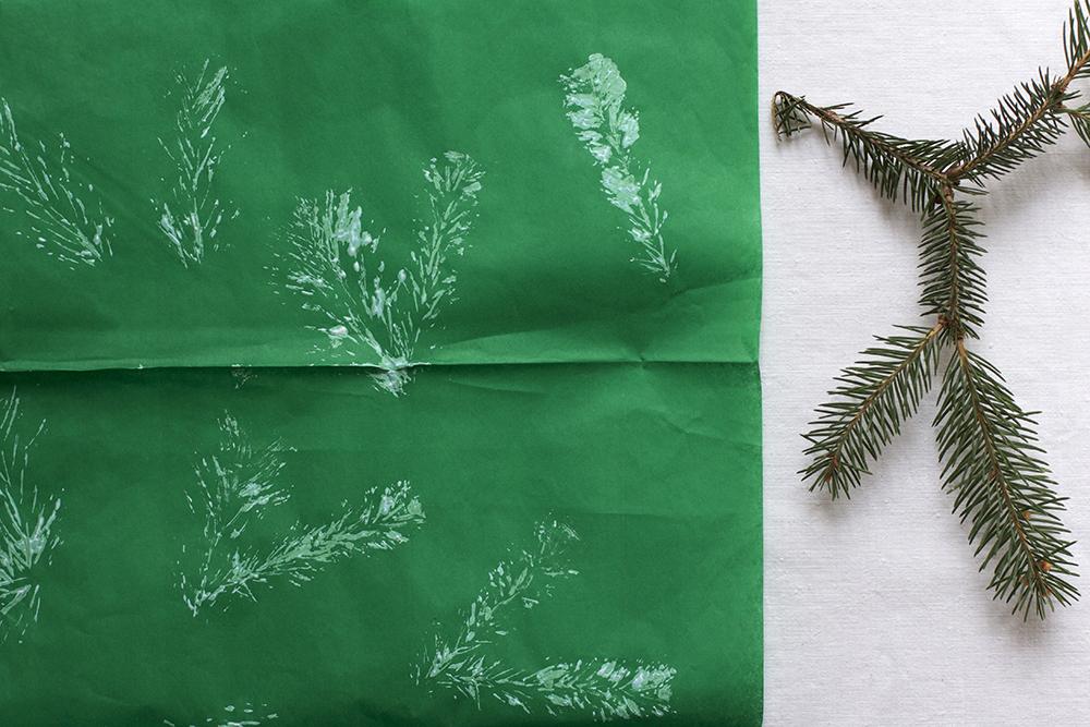 DIY: Geschenkpapier mit Tannenzweig bedrucken | we love handmade