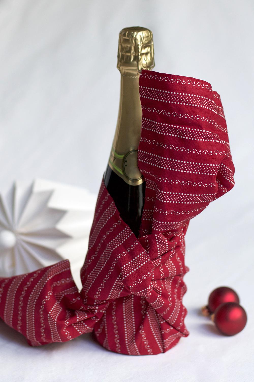Gastgeschenk: Flasche mit Furoshiki verpacken | we love handmade