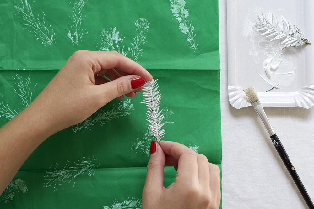 Geschenkpapier mit Tannenzweig bedrucken | we love handmade