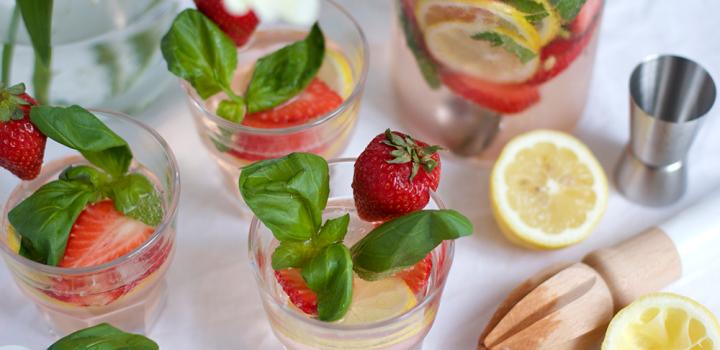 Drink: Erdbeer-Basilikum-Vodka-Bowle