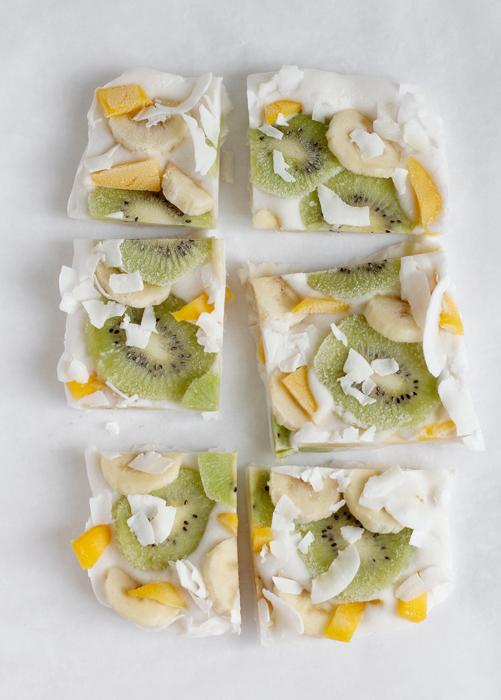 Rezept: Veganes Frozen Yogurt Bark vegan mit Mango, Kiwi, Banane und Kokos Chips | we love handmade