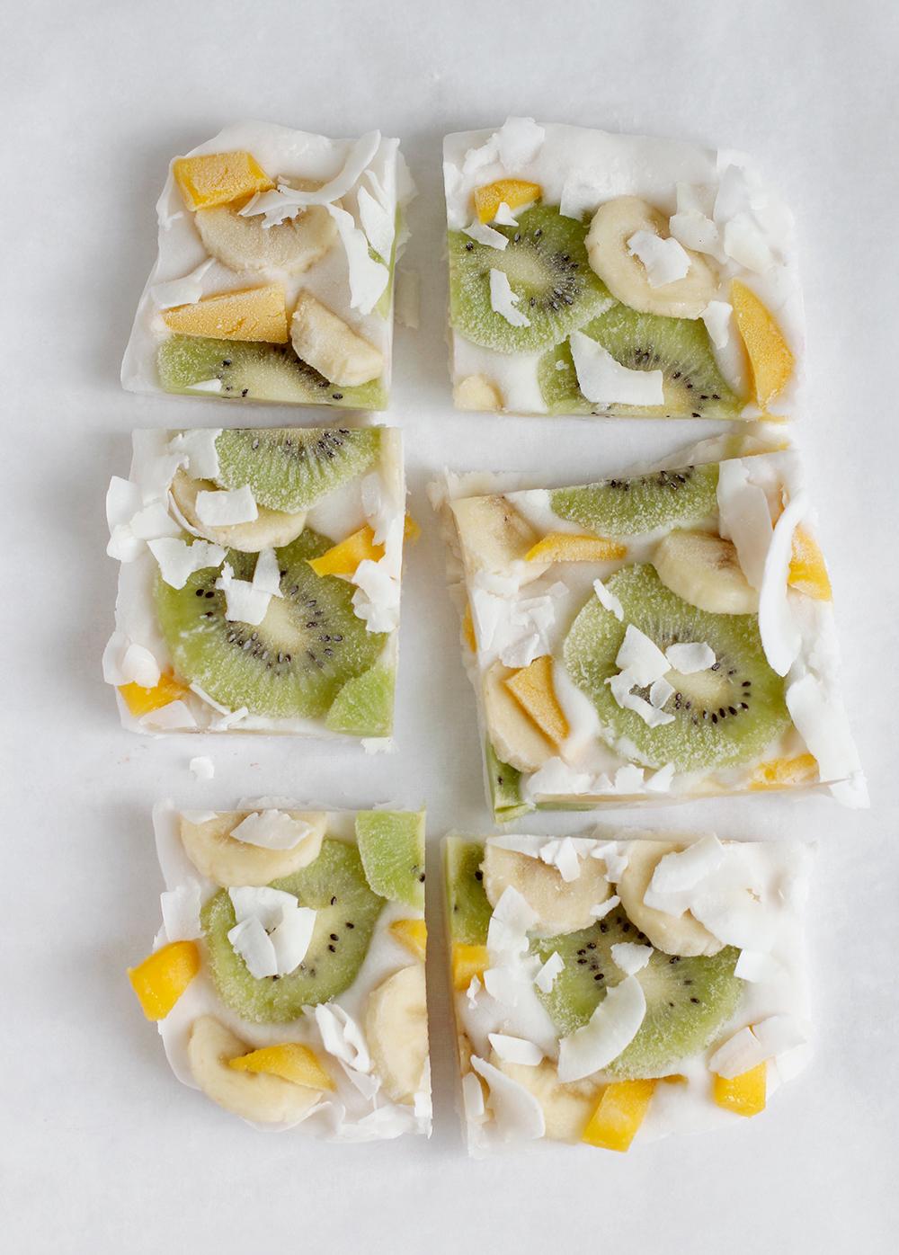 Rezept: Veganes Frozen Yogurt Bark vegan mit Mango, Kiwi, Banane und Kokos Chips | we love handmade