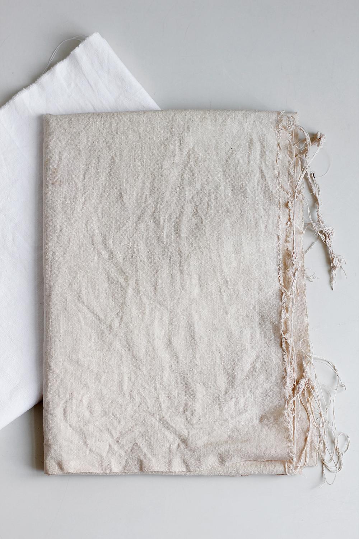 DIY: Leinenstoff natürlich färben mit Zwiebelschalen | we love handmade