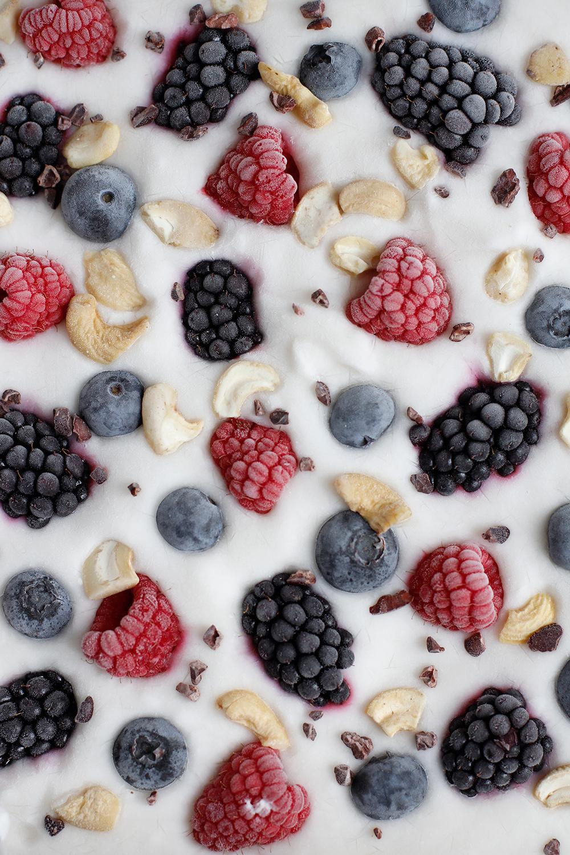 Rezept: Frozen Yogurt Bark vegan mit Beeren | we love handmade