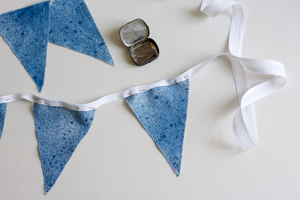 DIY: Wimpel an Stoffband nähen | we love handmade
