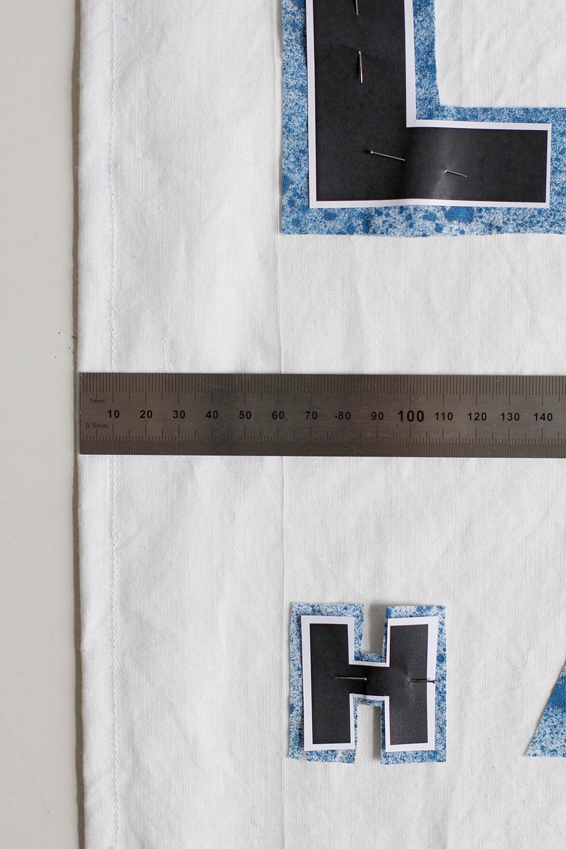 DIY: Stoffbanner - Die Buchstaben mithilfe eines Lineal einrichten. | we love handmade