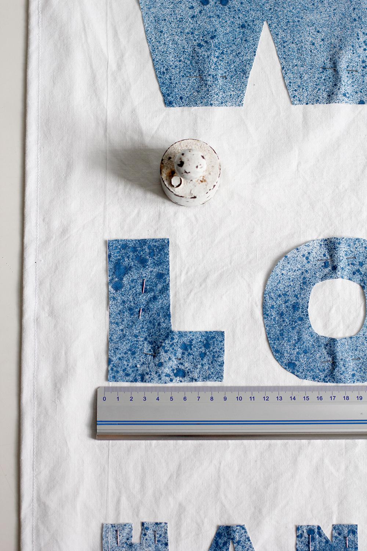 DIY: Stoffbanner - Buchstaben mit Lineal auf eine Ebene anordnen. | we love handmade