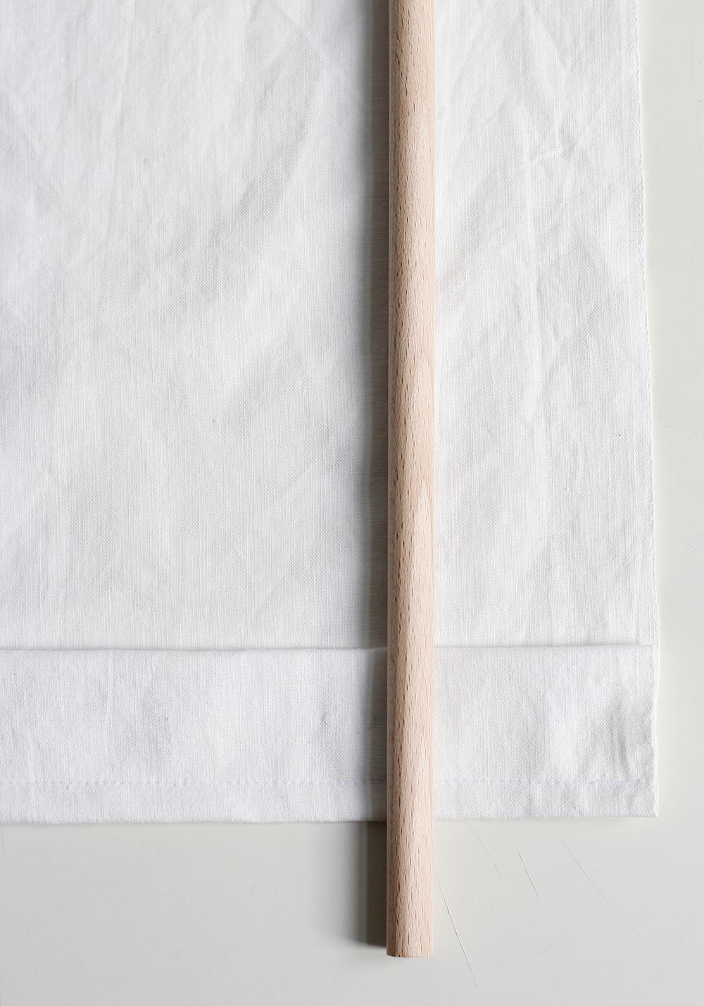 DIY: Stoffbanner - Stoffkanten umnähen und die Schlaufe für Halterung vorbereiten. | we love handmade