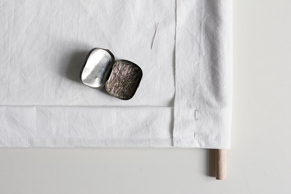 DIY: Stoffbanner - Die Schlaufe für die Holzstabhalterung mit Stecknadeln feststecken. | we love handmade