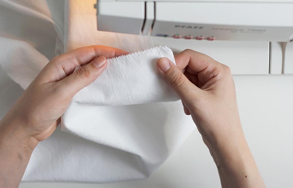 DIY: Stoffbanner - Stoff für Banner zurecht schneiden und mit dem Zickzackstich die Kanten vernähen. | we love handmade