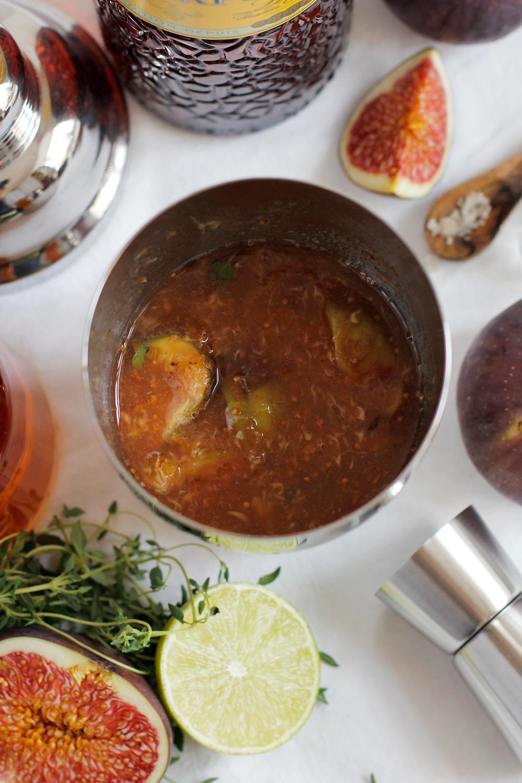 Drink: Der Feigen-Thymian-Cocktail wird im Shaker geschüttelt | we love handmade