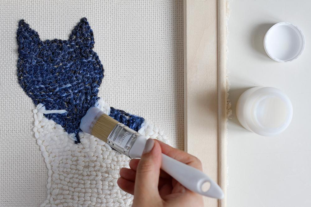 DIY: Punch Rug Stofftier - auf der Rückseite fixiert man die Wolle mit Textilkleber | we love handmaded