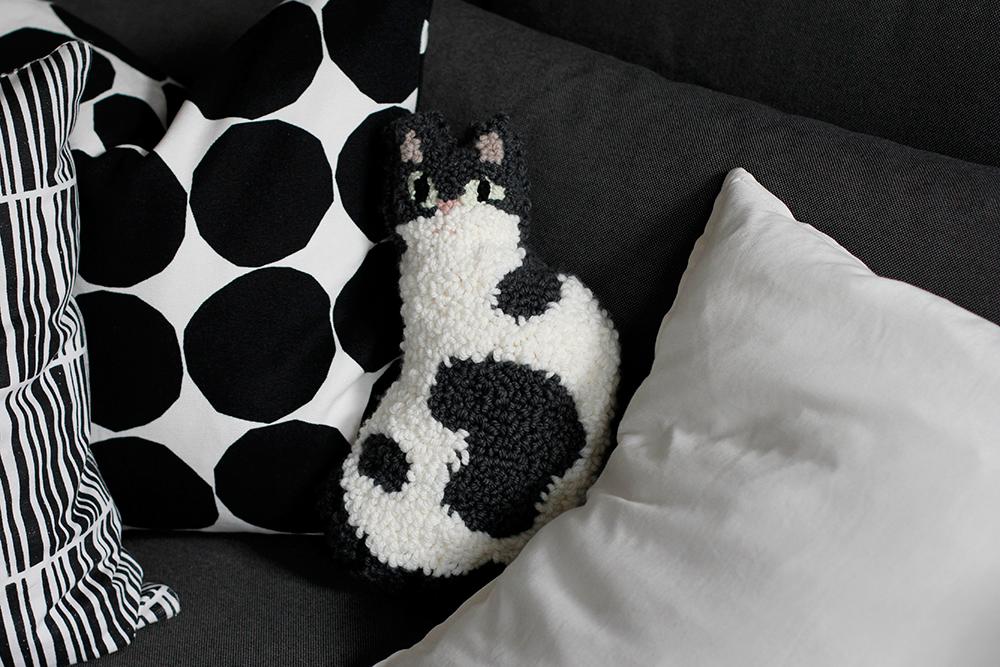 DIY: Punch Rug Stofftier in Form einer Katze selber machen | we love handmade