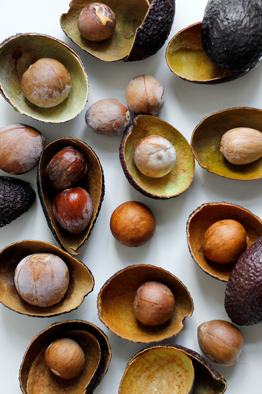 DIY: Natürlich Stoff färben mit eingefrorenen Avocadokernen und -schalen | we love handmade