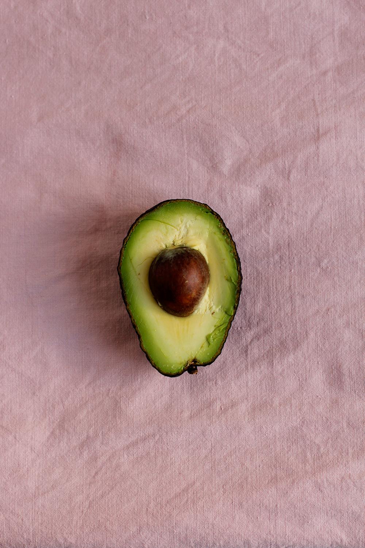 DIY: Natürlich Stoff färben mit Avocados | we love handmade