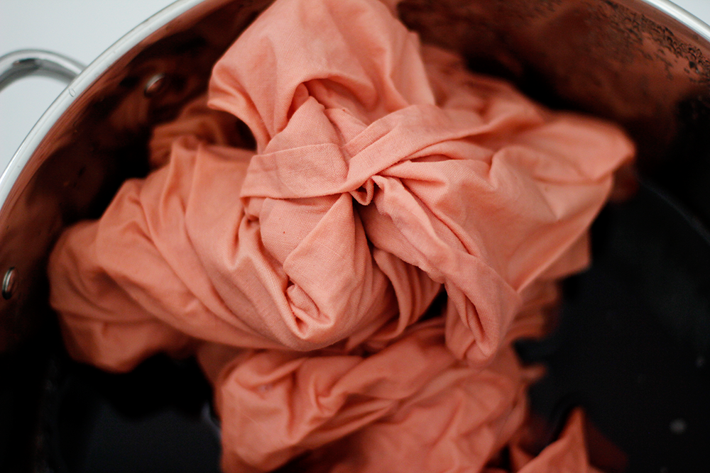 Selbermachen: Natürlich Stoff färben mit Avodcados | we love handmade