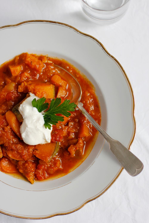 Rezept: Vegetarisches Kürbisgulasch mild und würzig | we love handmade