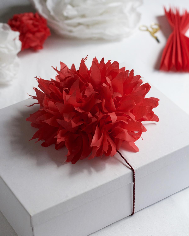 Geschenkdeko: Seidenpapierblume selbermachen | we love handmade
